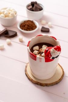 Heiße schokolade mit marshmallows in der tasse