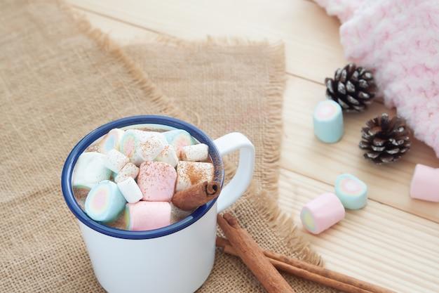 Heiße schokolade mit marshmallows. pastellfarbe. wintergetränk