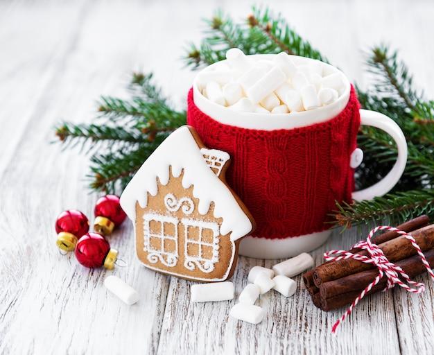 Heiße schokolade mit marshmallows und lebkuchen