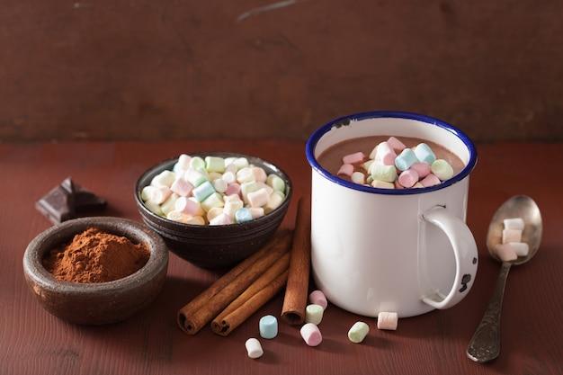 Heiße schokolade mit mini marshmallows und zimt