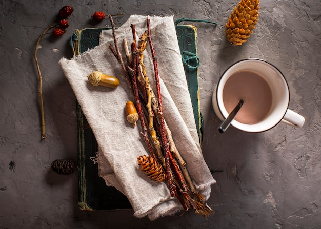 Heiße schokolade mit natürlicher dekoration