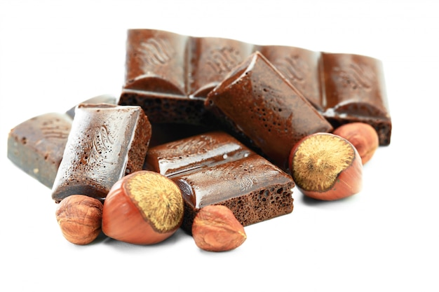 Heiße schokolade mit nüssen auf weißem hintergrund