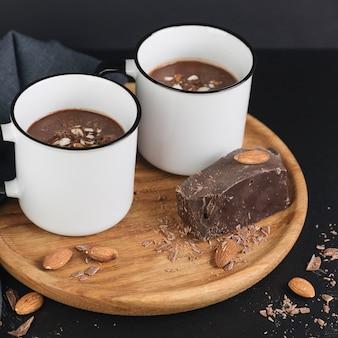 Heiße schokolade mit nüssen