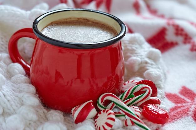 Heiße schokolade mit pfefferminzbonbons in einem roten becher