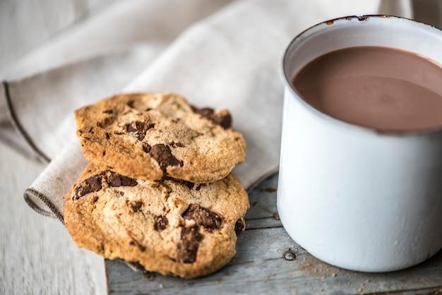 Heiße schokolade mit schokoladenkeksen