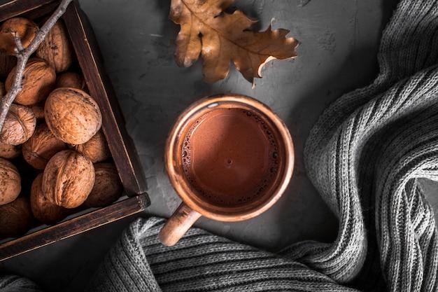 Heiße schokolade mit walnüssen