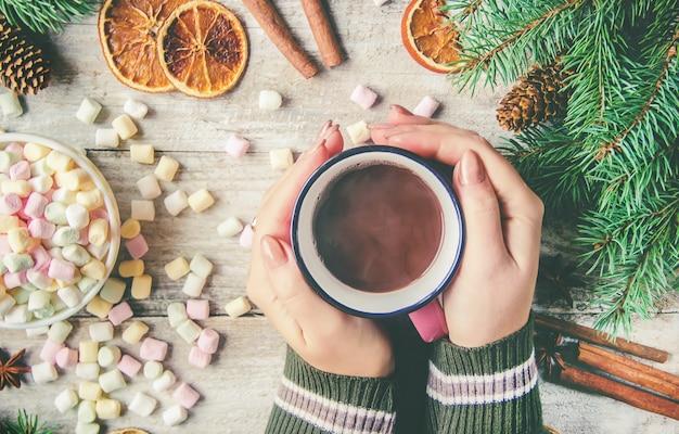 Heiße schokolade und eibisch auf weihnachtshintergrund. selektiver fokus
