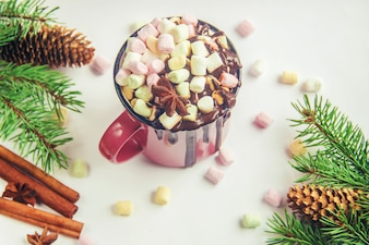 Heiße Schokolade und Eibisch auf Weihnachtshintergrund