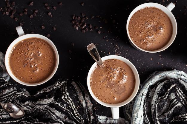 Heiße schokolade und kakaochips der draufsicht