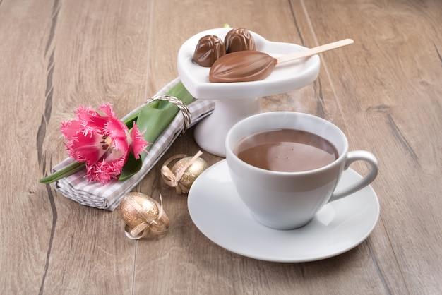 Heiße schokolade und schokoladenpralinen auf holz