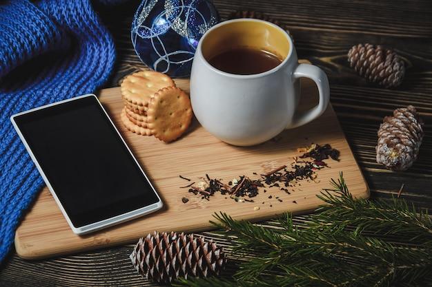 Heiße schokolade und smartphone