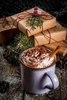 Heiße schokolade und weihnachtsgeschenke