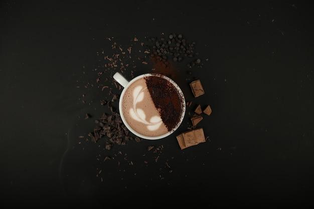 Heiße schokoladenschaum-kakao-milch