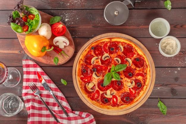 Heiße selbst gemachte pepperonipizza