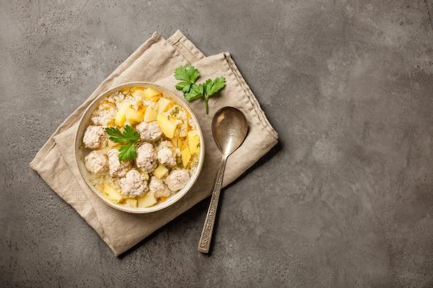 Heiße suppe mit fleischbällchen