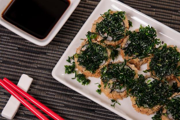 Heiße sushi, japanische küche, asiatische küche, mit sashimi und knusprigem kohl, reis