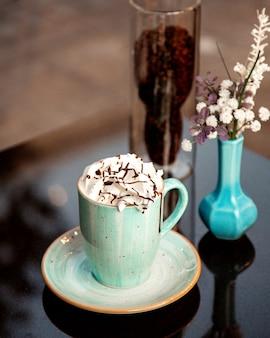 Heiße tasse cappuccino auf dem tisch