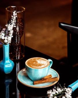 Heiße tasse cappuccino mit zimt