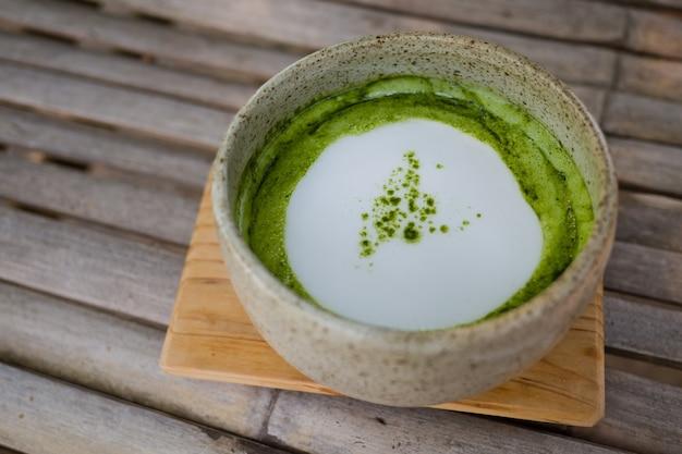 Heiße tasse des grünen tees auf tabelle, entspannen sich zeit