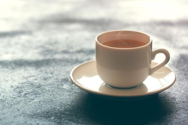 Heiße tasse espressokaffee auf einem tisch