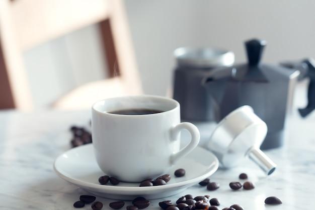 Heiße tasse espressokaffee in einer traditionellen weißen tasse