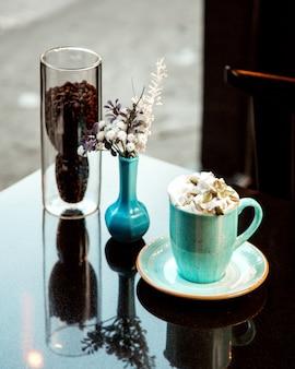 Heiße tasse kaffee mit sahne und pistazien