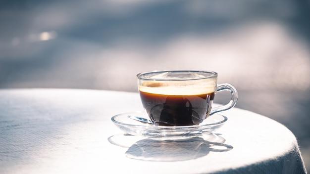 Heiße tasse schwarzen kaffee auf dem tisch