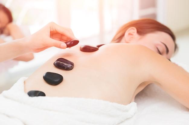 Heiße und kalte steine massage im spa für rückenschmerzen relief und entspannung