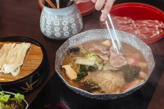Heiße und kochende shabu-brühe mit kohl
