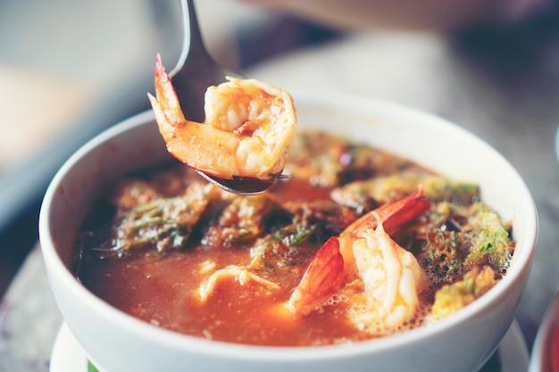 Heiße und saure suppe mit gemüse und garnelen