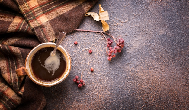 Heiße, verdunstende tasse kaffee