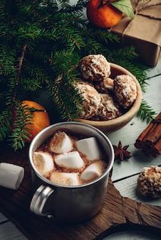Heiße weihnachtsschokolade mit marshmallows, mandarinen und lebkuchen