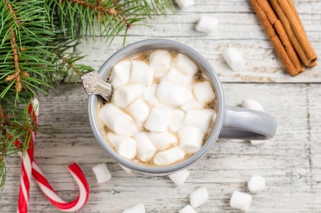 Heiße weihnachtsschokolade oder kakao mit marshmallow