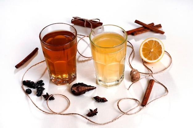 Heiße wintergetränke mit zitrone, zimt und kardamom. glühwein und gewürze.