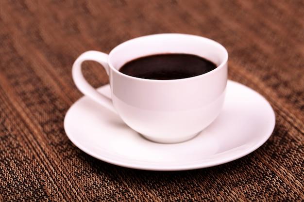 Heißen kaffee auf die tasse