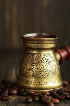 Heißer arabica-kaffee in einem messingjezve