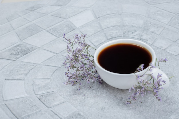 Heißer aroma-tee mit blumen.