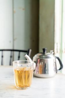 Heißer chinesischer tee im glas auf tisch