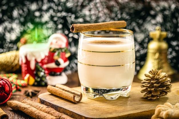 Heißer eierlikör typisch für weihnachten auf der basis von eiern und alkohol genannt eierlikör