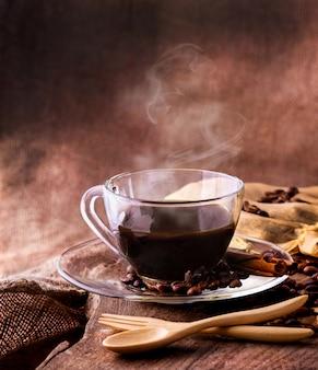 Heißer espresso in einer tasse und gerösteten kaffeebohnen