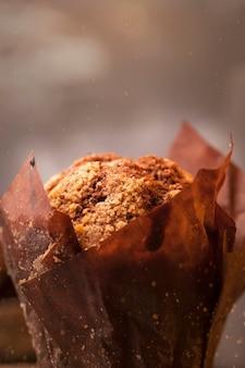 Heißer frisch gebackener brownie mit schokoladenstücken in bastelpapier mit zimt