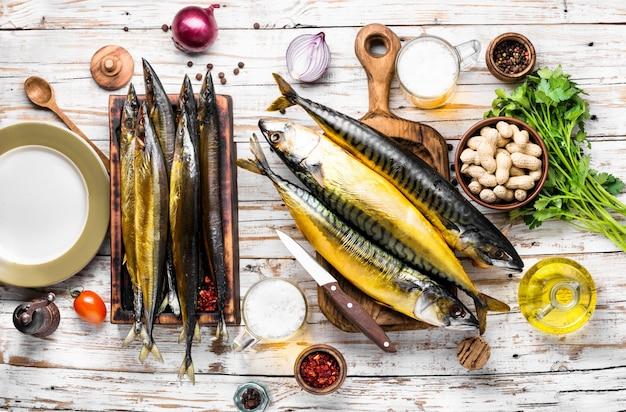 Heißer geräucherter frischer fisch. geräucherte makrele auf holz