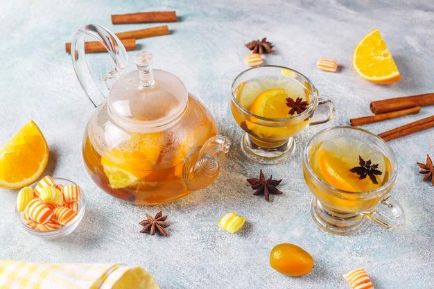 Heißer, gesund wärmender wintertee mit orange, honig und zimt.
