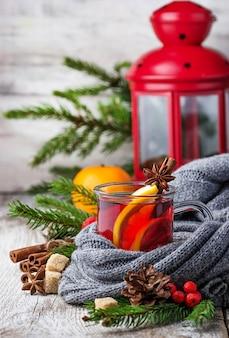 Heißer glühwein mit orange, anis und zimt