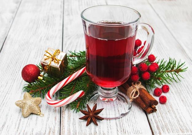 Heißer glühwein und weihnachtsdekorationen
