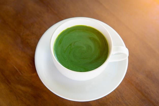 Heißer grüner tee matcha