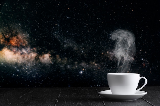 Heißer kaffee auf dem tisch auf einem nächtlichen hintergrund