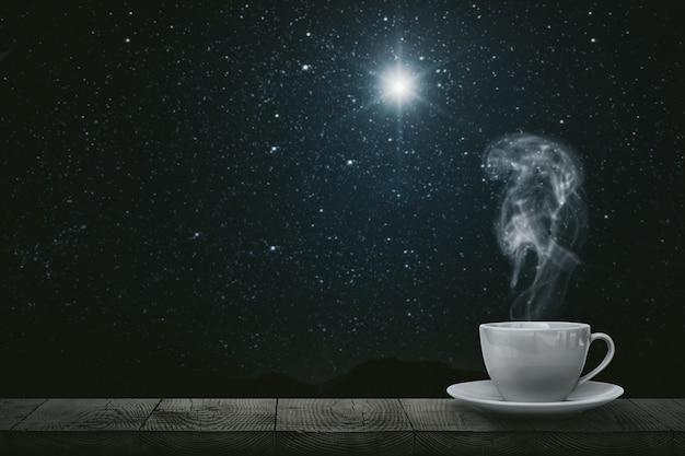 Heißer kaffee auf dem tisch