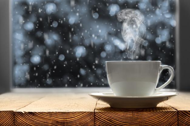 Heißer kaffee auf der fensterbank