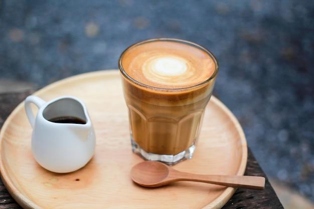 Heißer kaffee auf einem natürlichen hintergrund